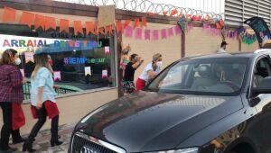 Escolas de Minas Gerais inventam drive-thru junino para terem festa presencial