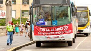 Contra dupla função, rodoviários paralisam circulação de ônibus no Centro do Recife