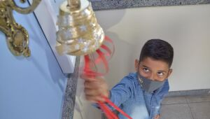 After winning rare cancer, ten-year-old boy rings bell in Recife
