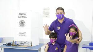 Francisco Padilha vota com família e depois percorre bairros de Paulista