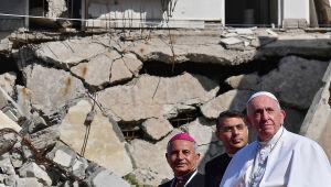 """Papa reza pelas """"vítimas da guerra"""" em Mossul, devastada pelo EI"""