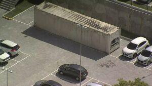 PCR instala contêiner ao lado do Hospital do Idoso para armazenar corpos de vítimas da Covid-19