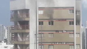 Bombeiros apagam incêndio e salvam morador no bairro dos Aflitos, neste domingo (18)