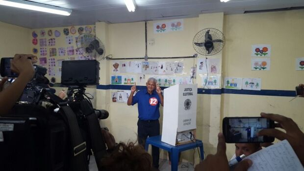 Candidato, Manoel Neco vota em Jaboatão
