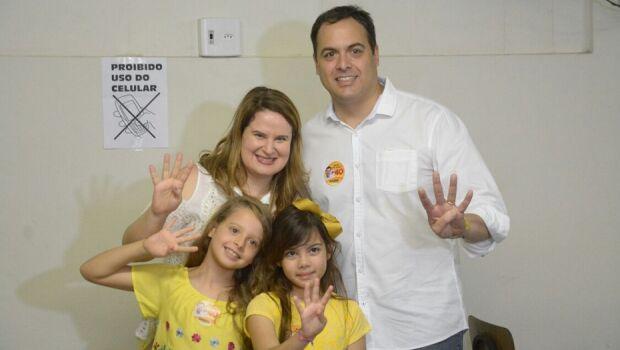 Paulo Câmara chega para votar acompanhado da família