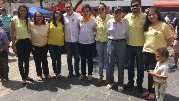 Caruaru: Tony Gel chega para votar com a família
