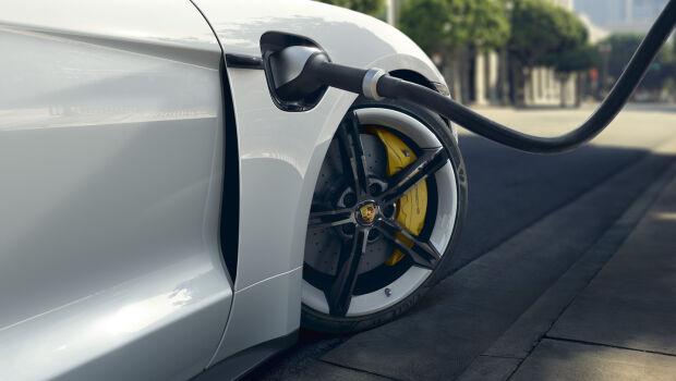 Volvo e Porsche investem na fabricação de baterias de alto desempenho para seus carros elétricos