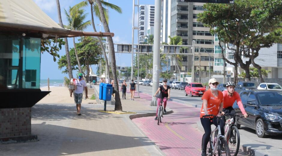 Domingo de movimento nas praias do Recife, apesar das restrições do Governo
