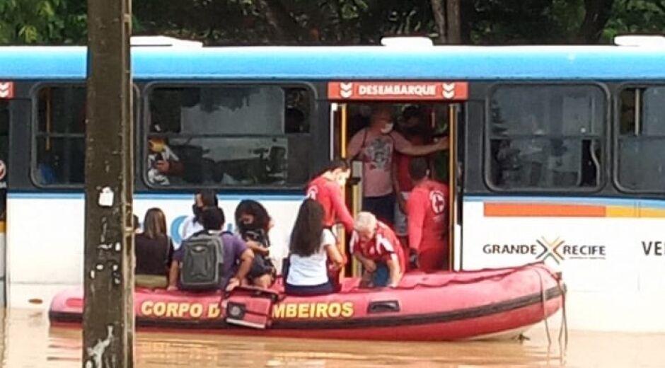 Passageiros são resgatados em bote por Corpo de Bombeiros após ônibus quebrar