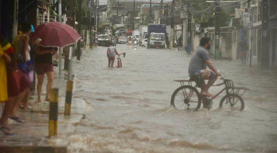Chuvas fortes na RMR alagam vias e causam transtornos