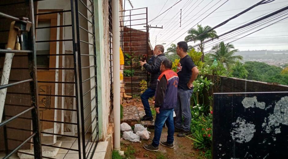 Atendendo ao alerta de chuvas, Defesa Civil retira família de casa minutos antes de barreira desabar