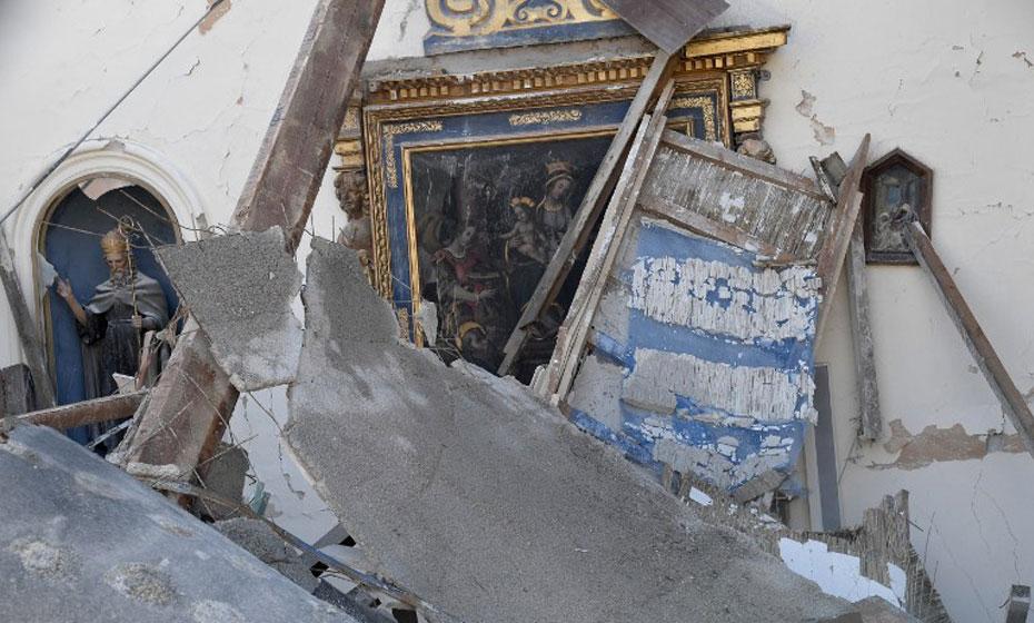 Danos causados pelo tremor são encontrados dentro de igreja italiana
