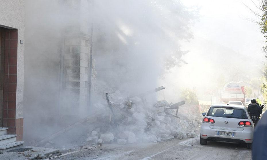 Terremoto causa nuvem de destroços em rua italiana