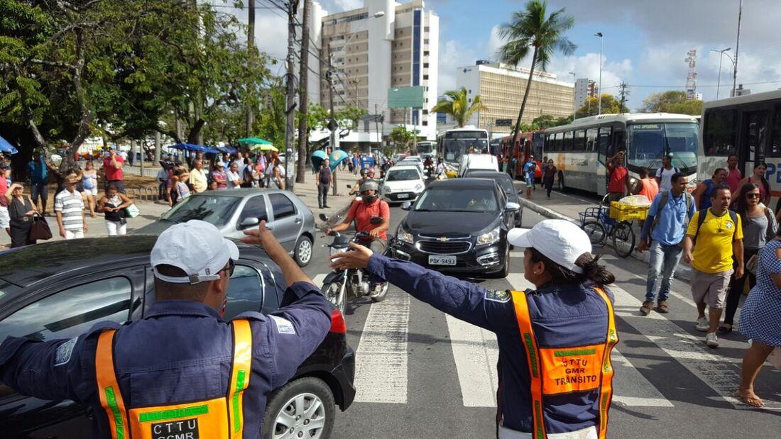 Taxistas interditaram a Agamenon Magalhães na altura da Praça do Derby