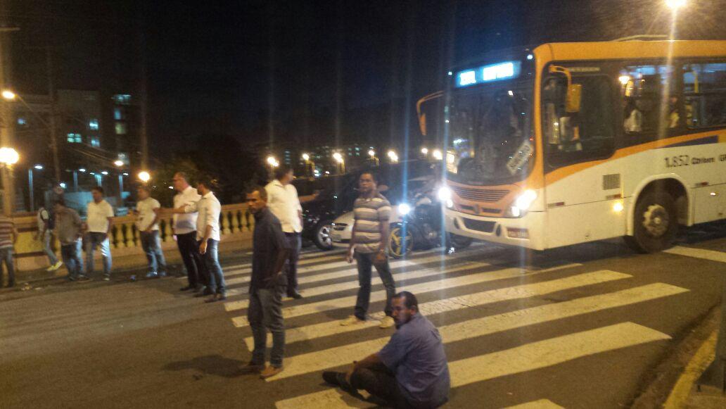 Taxistas protestaram contra o Uber