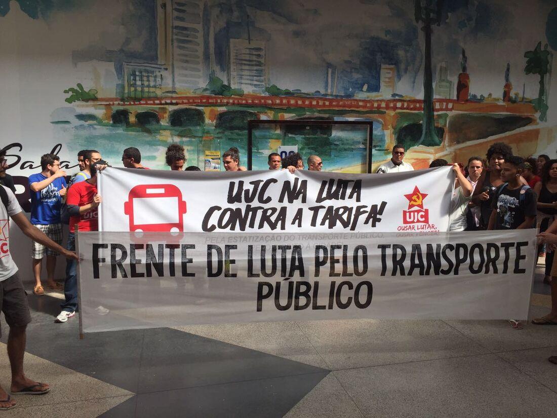 Estudantes realizam manifestação contra aumento da passagem de ônibus
