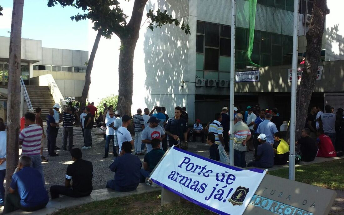 Guardas realizam ato na avenida Cais do Apolo