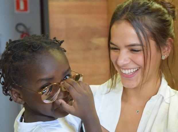 Bruna Marquezine brincou com crianças refugiadas em evento promovido pelo Museu da Imigração, em São Paulo