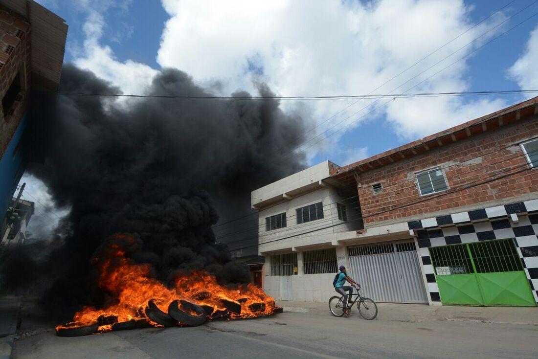 Estudantes queimaram pneus