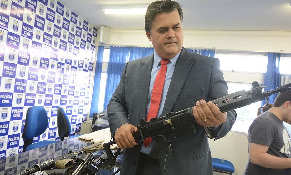 Joselito Amaral com arma apreendida na operação Sem divisas
