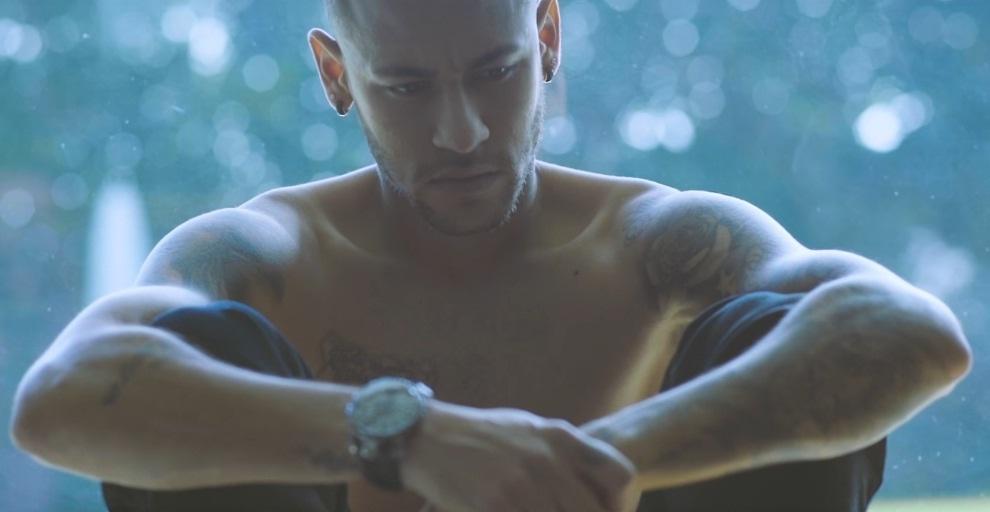 """Neymar aparece sem camiseta no vídeo da música """"Me Virando"""", de Karen K"""