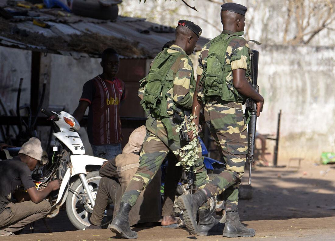 Soldados senegaleses patrulham a fronteira com Gâmbia