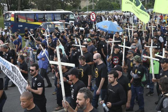Policiais protestam em frente ao Congresso Nacional antes de entrar na Câmara e tentar chegar ao plenário