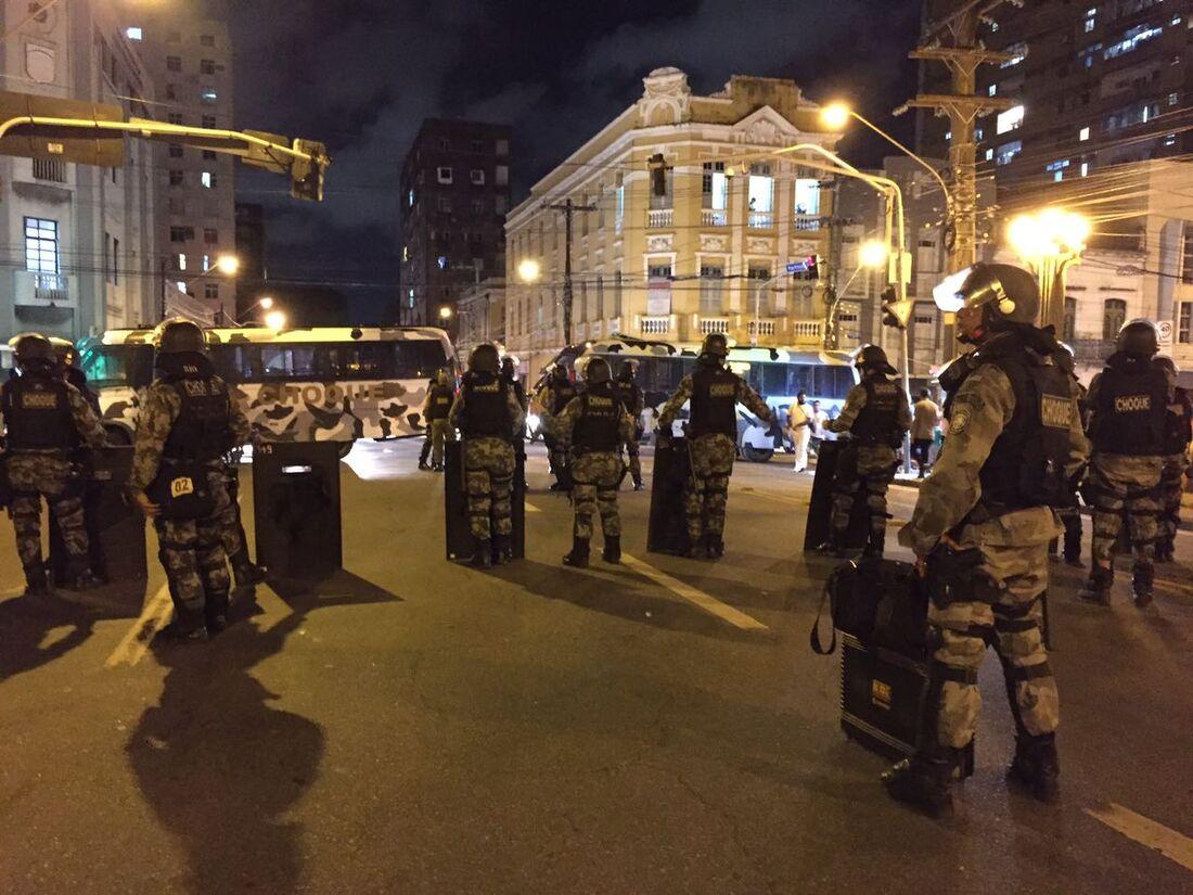 Homens do Batalhão de Choque da PM em ponte no Centro para impedir passagem do protesto