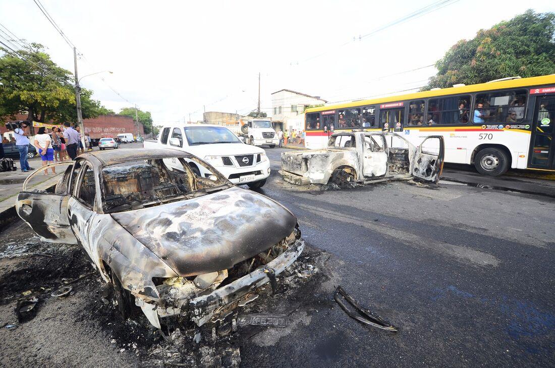 Cinco carros e um caminhão foram queimados e outros cinco veículos sem placa foram abandonados