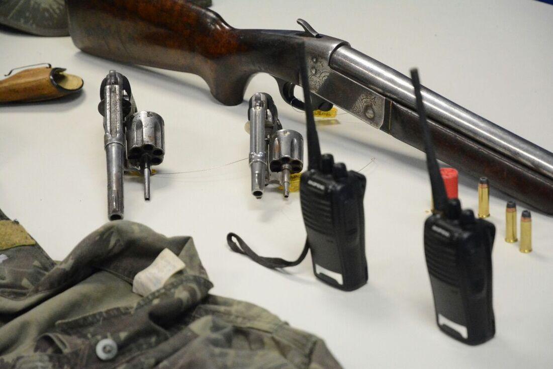 Armas e rádio-comunicadores foram apreendidos