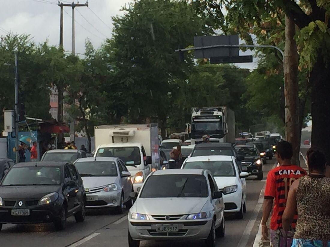 Trecho da avenida Recife segue bloqueado