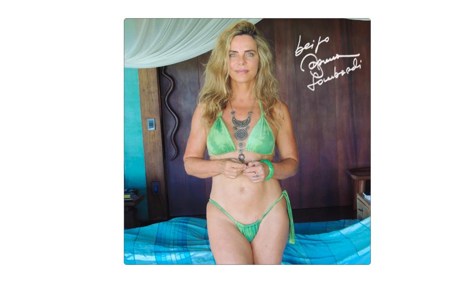 Bruna Lombardi publicou foto de biquíni no seu Facebook e fãs foram só elogios