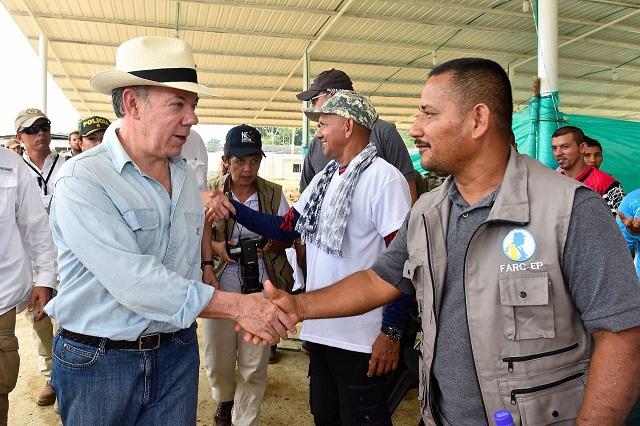 Acordo de paz foi selado entre a guerrilha e o governo do presidente Juan Manuel Santos (E)