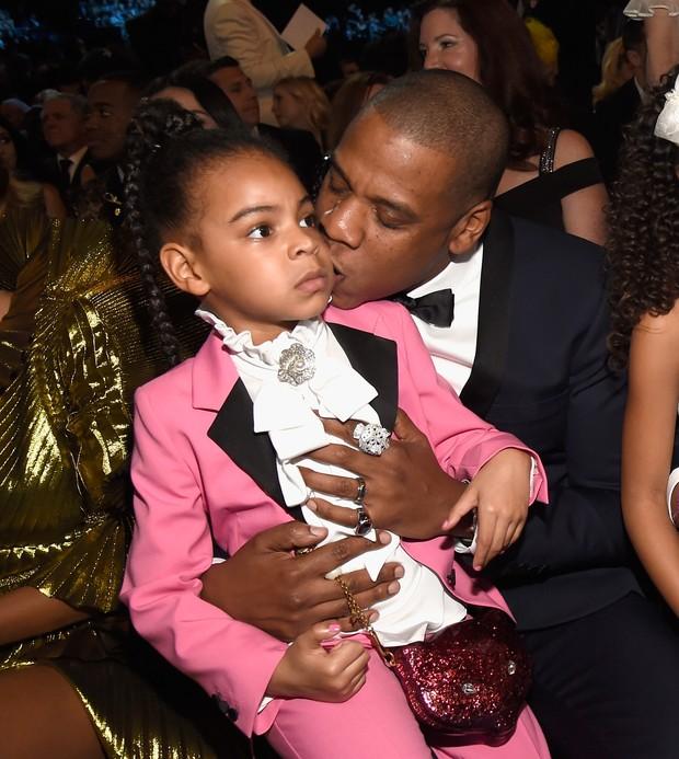 Blue Ivy, de 7 anos, acompanhando a apresentação da mãe no Grammy no colo do pai