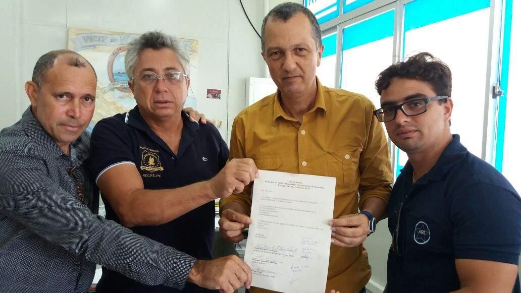 Vereador Ricardo Cruz (E) mediou reunião com secretário Murilo Cavalcanti (centro, de amarelo)