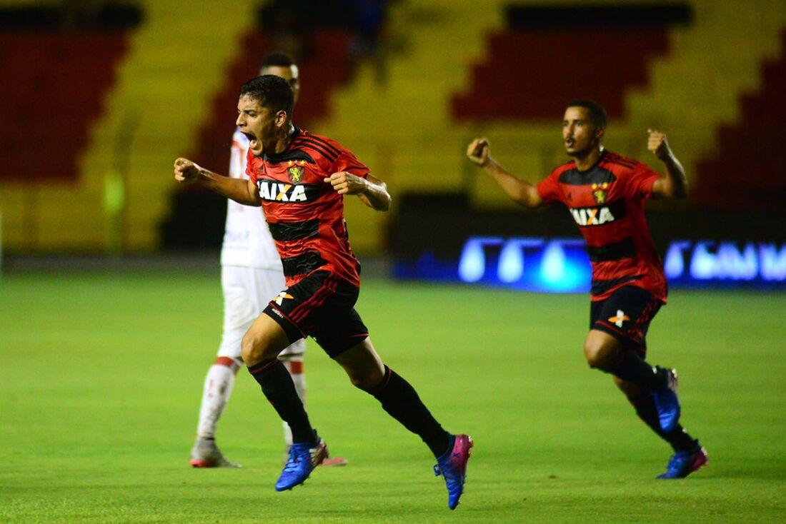 Neto Moura comemora gol