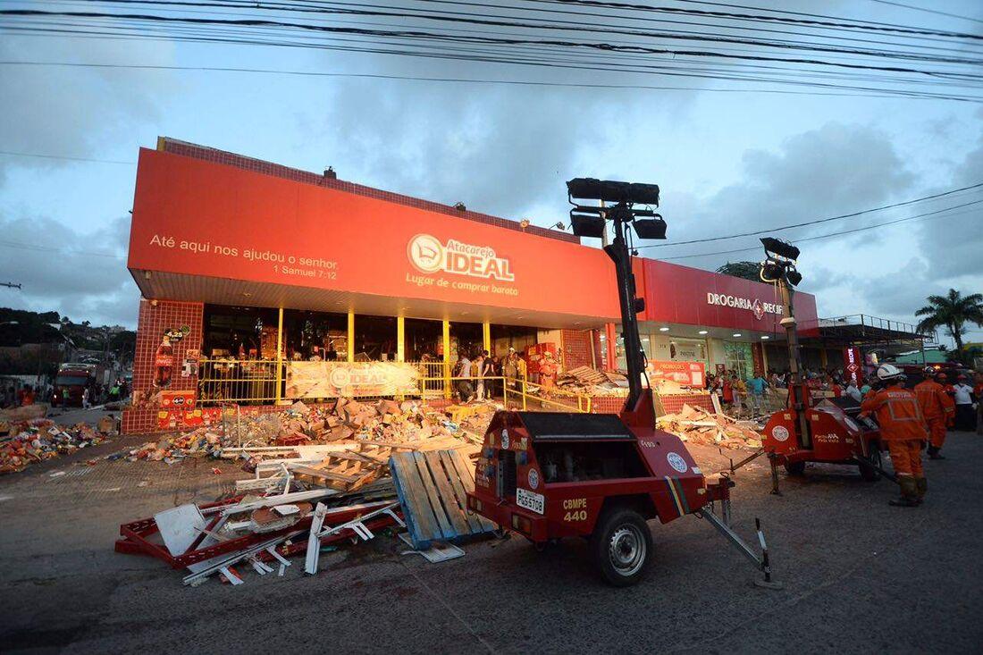 Bombeiros continuam buscas por vítimas do desabamento de supermercado no Jordão