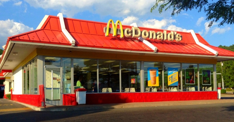 Rede de fast-food vai lançar pagamento por aplicativo e retirada do lanche sem pegar fila