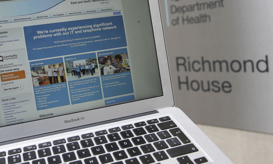 Tela mostra o website da NHS notificando problema para usuários em Londres