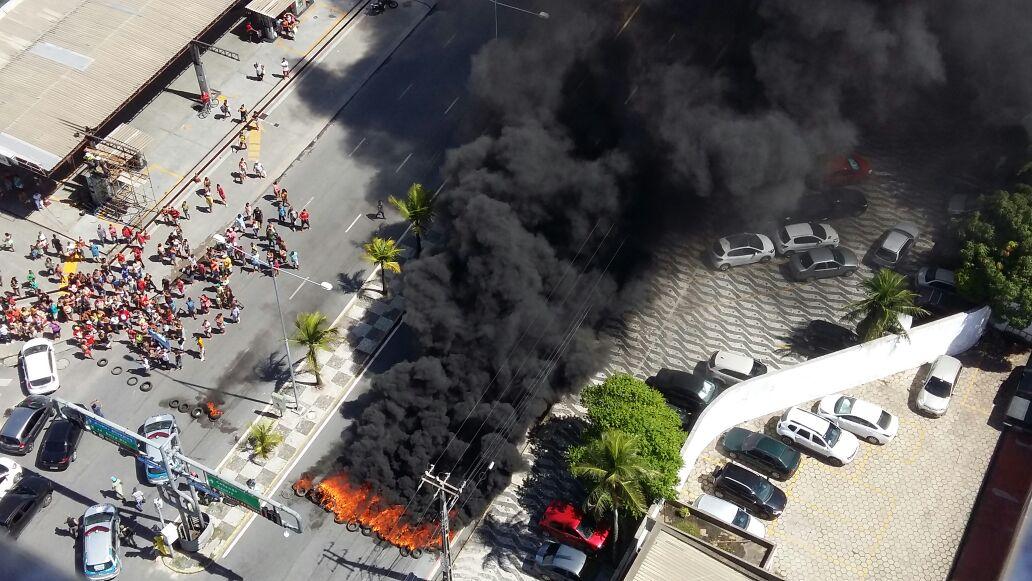 Manifestantes atearam fogo em pneus e entulhos