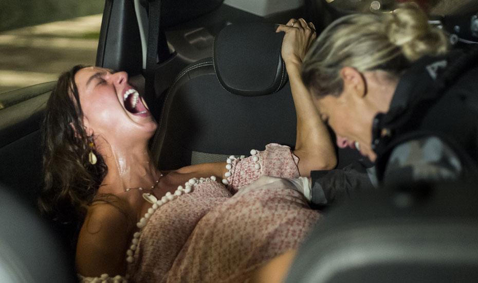 Ritinha tem o bebê dentro do carro