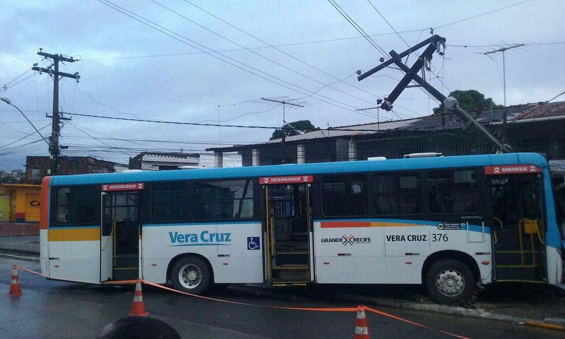 Ônibus colide com poste no Ibura