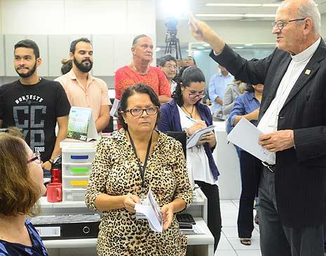 Dom Fernando Saburido em visita à redação da Folha de Pernambuco