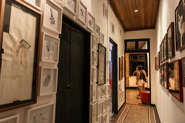 A casa reunia arte e bar em um só lugar