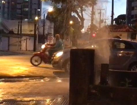 Cano estourado vaza muita água no bairro do Prado