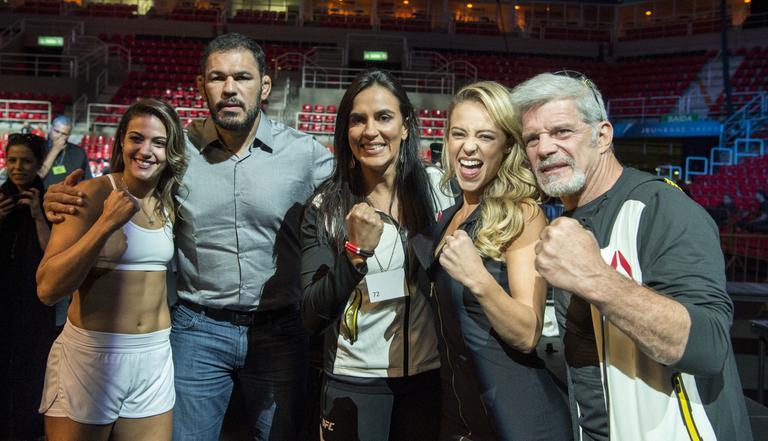 Parte do elenco durante as gravações no UFC