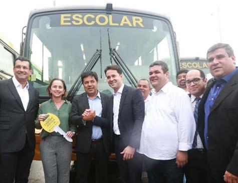 Ministro da Educação, Mendonça Filho, entrega ônibus escolares em Pernambuco