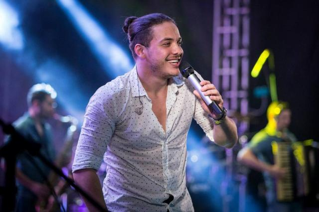 Wesley Safadão toca repertório de novo DVD