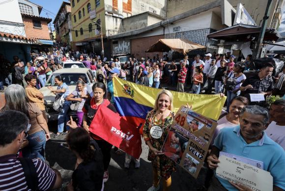 Venezuelanos votam em plebiscito convocado pela oposição contra reformas na Constituição propostas pelo presidente Nicolás Maduro