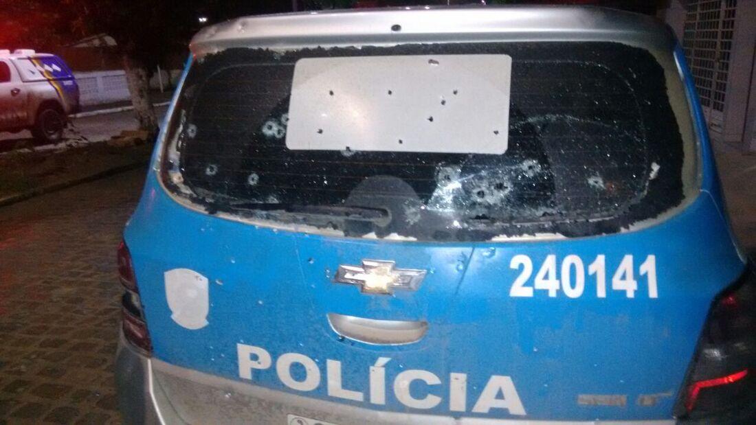Veículo da polícia atingindo durante troca de tiros
